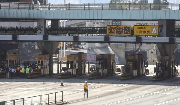 Các tuyến đường ở Hong Kong đã và đang được dọn dẹp, ngày 21-11. Ảnh: SCMP