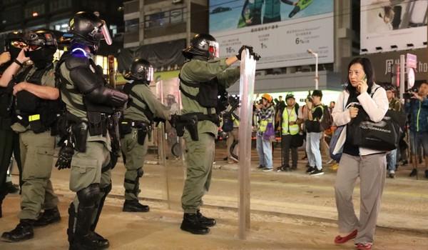 Cảnh sát canh gác tại một ngã tư ở Hong Kong tối 21-11. Ảnh: SCMP