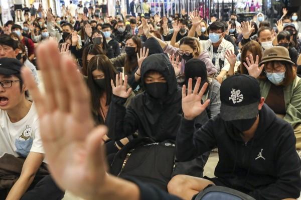 Hàng trăm người biểu tình ngồi ở Hong Kong tối 21-11. Ảnh: SCMP