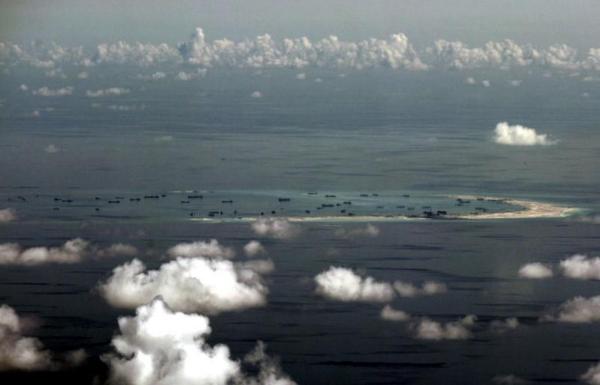 Hình ảnh chụp từ cửa sổ một máy bay quân sự Philippines cho thấy Đá Vành Khăn trên quần đảo Trường Sa thuộc chủ quyền Việt Nam bị Trung Quốc chiếm đóng và cải tạo trái phép, tháng 5-2015. Ảnh: REUTERS đưa lại