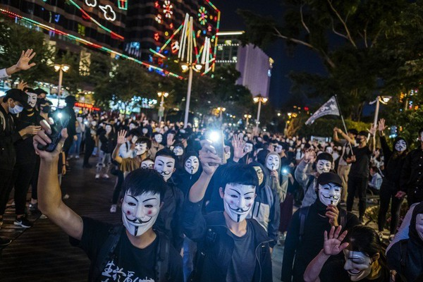 Người biểu tình Hong Kong đang chờ động thái từ phía Mỹ. Ảnh: BLOOMBERG