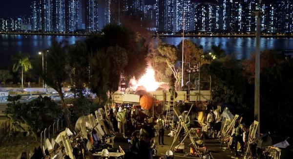 Biểu tình trước trường đại học Trung Quốc ở Hong Kong. Ảnh: REUTERS