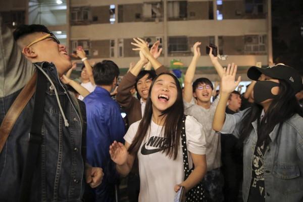 Người theo phe ủng hộ dân chủ ăn mừng chiến thắng. Ảnh: SCMP