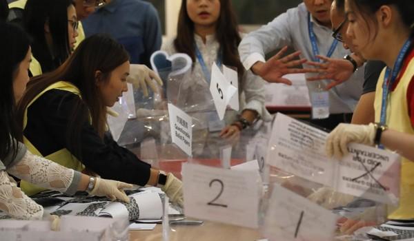 Tỷ lệ người đi bầu trong cuộc bầu cử địa phương hôm qua của Hong Kong cao kỷ lục so với những kỳ bầu cử trước và đó có thể là một nguyên nhân dẫn đến thất bại của phe ủng hộ chính quyền đại lục. Ảnh: REUTERS