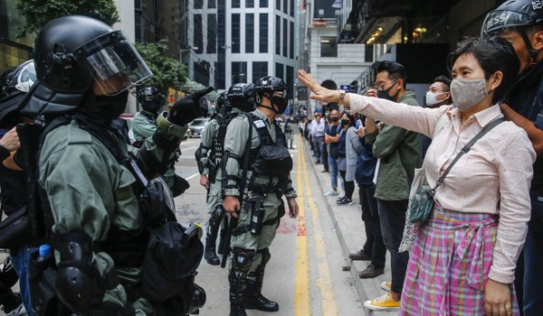 Cuộc bầu cử được tổ chức sau 6 tháng biểu tình liên tục ở Hong Kong. Ảnh: EPA-EFE