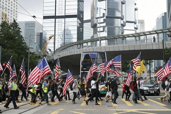 Người biểu tình tuần hành trước lãnh sự quán Mỹ tại Hong Kong ngày 8-9, kêu gọi Mỹ thông qua luật Nhân quyền và Dân chủ Hong Kong. Ảnh: KYODO
