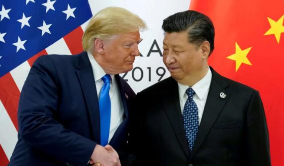 Tổng thống Mỹ Donald Trump (trái) nói ông ký thông qua luật dù ông tôn trọng Chủ tịch Trung Quốc Tập Cận Bình (phải). Ảnh: REUTERS