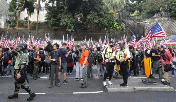 Dù lo ngại kinh tế Hong Kong có thể bị ảnh hưởng nghiêm trọng nhưng nhiều người biểu tình vẫn chọn ủng hộ luật Nhân quyền và Dân chủ Hong Kong. Ảnh: SCMP