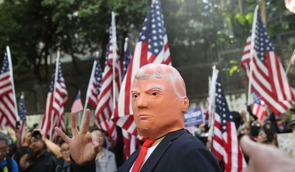 """Người biểu tình Hong Kong tham gia cuộc tuần hành có tên """"Cám ơn nước Mỹ"""", cám ơn ông Trump vì đã ký thông qua luật Nhân quyền và Dân chủ Hong Kong. Ảnh: SCMP"""