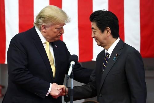 Tổng thống Mỹ Donald Trump (trái) và Thủ tướng Nhật Shinzo Abe gặp nhau tại TP Yokosuka, tỉnh Kanagawa, phía nam thủ đô Tokyo (Nhật) hồi tháng 5. Ảnh: REUTERS