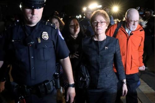 Cảnh sát Quốc hội Mỹ hộ tống bà Marie Yovanovitch - cựu đại sứ Mỹ tại Ukraine rời đi sau khi bà đến cung cấp lời khai tại Quốc hội ngày 11-10. Ảnh: REUTERS