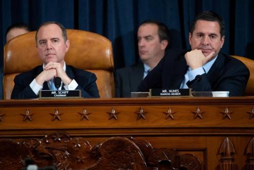 Chủ tịch Ủy ban Tình báo Hạ viện Adam Schiff (trái) - người đang phụ trách tổ chức các phiên điều trần công khai về cuộc điều tra luận tội ông Trump và nghị sĩ Cộng hòa cấp cao Devin Nunes (phải) trong phiên điều trần công khai đầu tiên về cuộc điều tra luận tội ông Trump, ngày 13-11. Ảnh: REUTERS