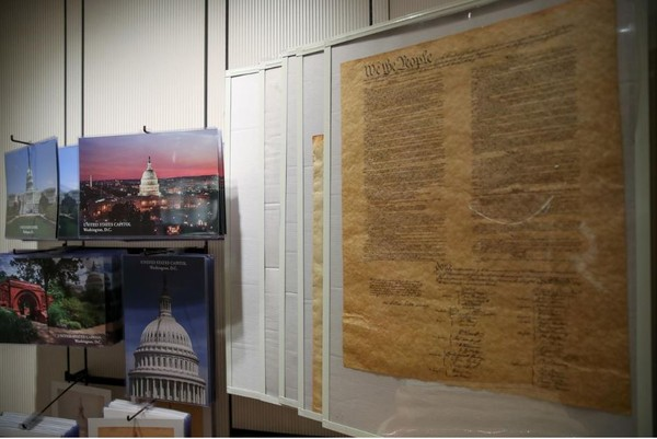 Bản sao Hiến pháp Mỹ được trưng bày tại trụ sở Quốc hội Mỹ. Ảnh: REUTERS