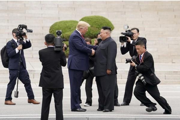 Tổng thống Mỹ Donald Trump (trái) bắt tay lãnh đạo Triều Tiên Kim Jong-un (phải) gặp nhau tại làng Bàn Môn Điếm ngày 30-6. Ảnh: REUTERS
