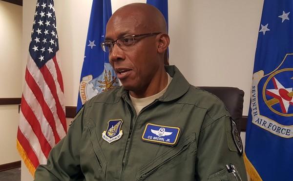ướng Charles Brown – Tư lệnh Không quân Mỹ ở Thái Bình Dương cho biết các máy bay chiến đấu Mỹ thường xuyên thực hiện các chiến dịch tuần tra tự do hàng hải ở biển Đông. Ảnh: STAR AND STRIPES