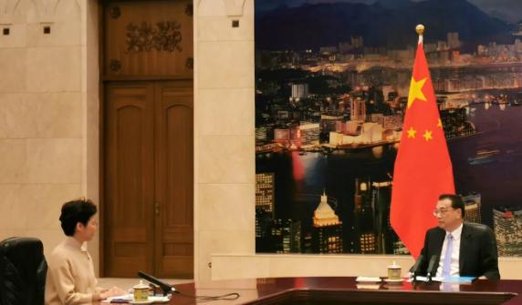 Trưởng Đặc thu Hong Kong Lâm Trịnh Nguyệt Nga (trái) được Thủ tướng Trung Quốc Lý Khắc Cường chỉ đạo điều tra các vấn đề xã hội sâu xa ở Hong Kong. Ảnh: HONG KONG COMMERCIAL DAILY