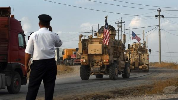 Xe quân sự chở lính Mỹ di chuyển ở Syria. Ảnh: GLP