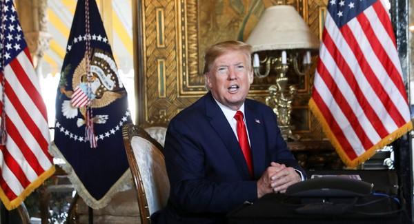 Tổng thống Mỹ Donald Trump trao đổi với báo chí sau một cuộc họp qua điện thoại với các thành viên quân đội cấp cao từ khu nghỉ dưỡng Mar-a-Lago của ông ở bang Florida (Mỹ) ngày 24-12. Ảnh: REUTERS