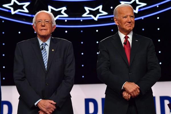 Ông Bernie Sanders (trái) và ông Joe Biden (phải) trong một phiên tranh luận hồi tháng 10, chạy đua vào vị trí đề cử đại diện đảng Dân chủ tham gia cuộc bầu cử tổng thống Mỹ 2020. Ảnh: AFP