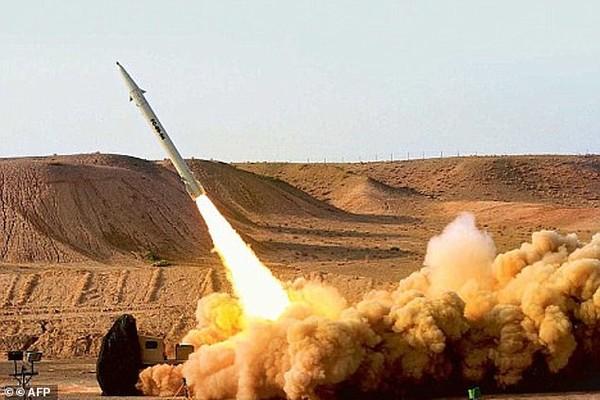 Tên lửa đạn đạo Fateh-110 của Iran trong một lần thử. Ảnh: AFP