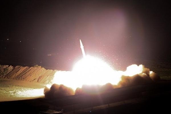 Iran nã hàng chục tên lửa vào căn cứ Mỹ ở Iraq. Ảnh: TWITTER