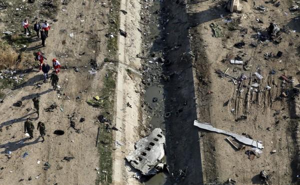 Hiện trường máy bay Ukraine bị bắn rơi. Iran thông báo đã bắt giữ một số người nghi liên quan vụ việc. Ảnh: AP