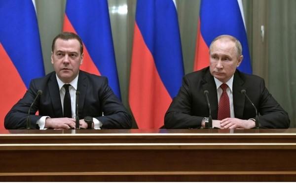 Thủ tướng Nga Dmitry Medvedev (trái) và Tổng thống Nga Vladimir Putin gặp các thành viên nội các Nga ngày 15-1. Ảnh: REUTERS