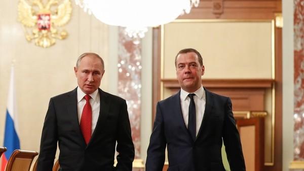 Thủ tướng Nga Dmitry Medvedev (phải) nói ông và chính phủ từ chức để tạo điều kiện cho Tổng thống Nga Vladimir Putin (trái) và thực hiện thay đổi Hiến pháp. Ảnh: SPUTNIK