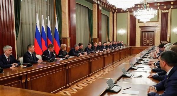 Tổng thống Nga Vladimir Putin và Thủ tướng Nga Dmitry Medvedev (cùng ngồi giữa bàn, bên trái) gặp các thành viên chính phủ Nga ngày 15-1. Ảnh: SPUTNIK