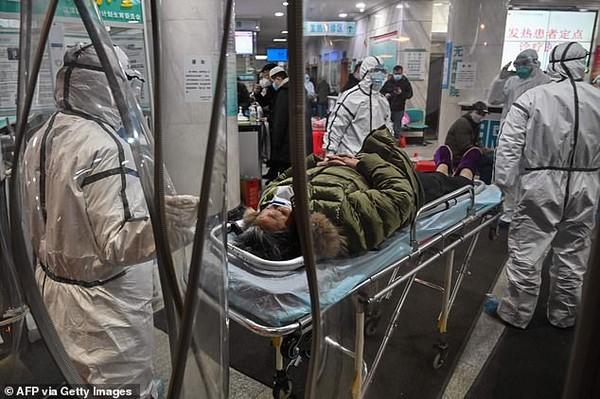 Nhân viên y tế chăm sóc bệnh nhân nhiễm virus corona tại bệnh viện dã chiến Hội chữ thập đỏ Vũ Hán. Ảnh: AFP