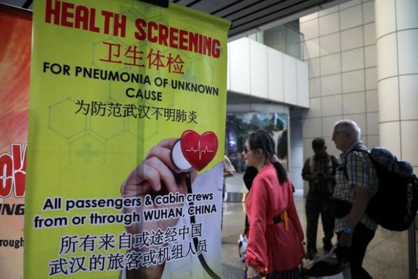 Biểu ngữ thông báo kiểm tra thân nhiệt hành khách tại ga đến sân bay quốc tế Kuala Lumpur (Malaysia) ngày 21-1. Ảnh: REUTERS