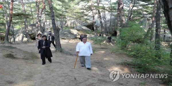 Lãnh đạo Triều Tiên Kim Jong-un thị sát khu nghỉ dưỡng núi Kim Cương. Ảnh: YONHAP chụp từ truyền hình Triều Tiên ngày 23-10-2019