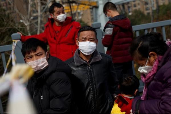 Người dân tỉnh Hồ Bắc (Trung Quốc) trong tâm điểm dịch. Ảnh: REUTERS