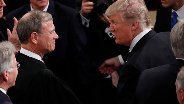 Chánh án John Roberts (trái) trong một lần gặp Tổng thống Donald Trump. Ảnh: Al JAZEERA