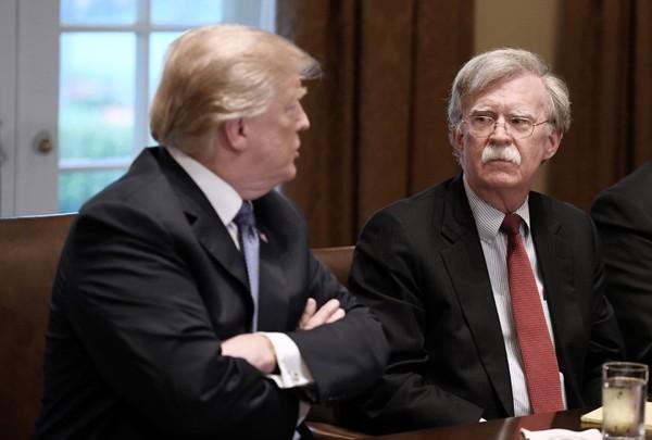 Cựu Cố vấn an ninh quốc gia Mỹ John Bolton và Tổng thống Mỹ Donald Trump. Ảnh: LOS ANGELES TIMES