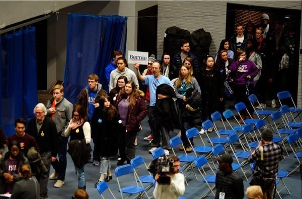 Xếp hàng bỏ phiếu kín tại trường đại học Drake ở TP Des Moines, bang Iowa (Mỹ) tối 3-2. Ảnh: REUTERS