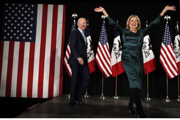 Cựu Phó Tổng thống Mỹ, ứng viên Dân chủ Joe Biden và vợ gặp mặt người ủng hộ tại bang Iowa (Mỹ) tối 3-2. Ảnh: REUTERS