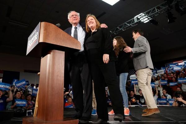 Thượng nghị sĩ, ứng viên Dân chủ Bernie Sanders và gia đình phát biểu trước người ủng hộ tại bang Iowa (Mỹ) tối 3-2. Ảnh: REUTERS