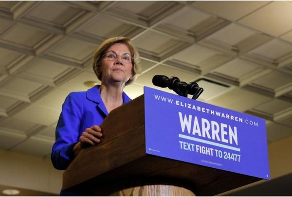 Thượng nghị sĩ, ứng viên Dân chủ Elizabeth Warren phát biểu trước người ủng hộ tại bang Iowa (Mỹ) tối 3-2. Ảnh: REUTERS