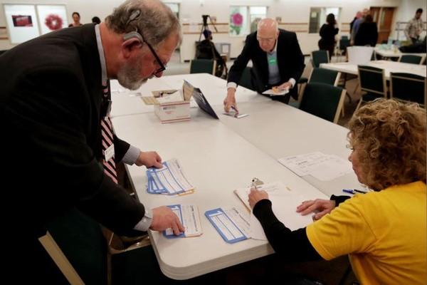 Kiểm phiếu sau bầu cử sơ bộ bên đảng Dân chủ ở bang Iowa (Mỹ) tối 3-2. Ảnh: REUTERS