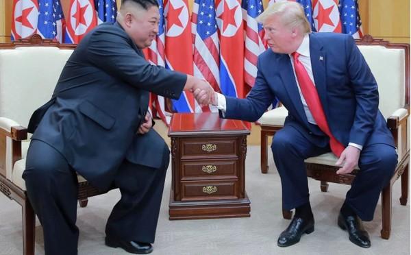 Lãnh đạo Triều Tiên Kim Jong-un (trái) và Tổng thống Mỹ Donald Trump (phải) trong lần gặp nhau lần thứ, tại khu phi quân sự liên Triều tháng 6-2019. Ảnh: REUTERS