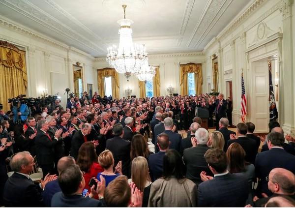 Một đám đông nghị sĩ, quan chức, nhà báo nghe Tổng thống Mỹ Donald Trump phát biểu tại Nhà Trắng ngày 6-2, sau khi được Thượng viện tuyên trắng án. Ảnh: REUTERS