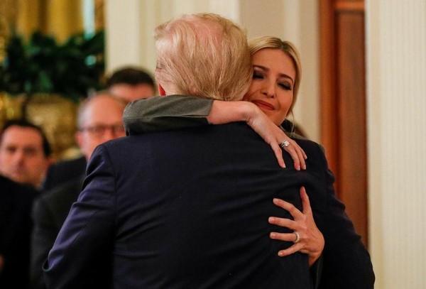 Tổng thống Mỹ Donald Trump ông con gái Ivanka Trump sau khi phát biểu tại Nhà Trắng ngày 6-2. Ảnh: REUTERS