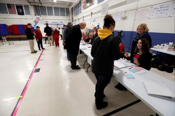 Cử tri đi bỏ phiếu trong cuộc bầu cử sơ bộ ở bang New Hampshire (Mỹ) ngày 11-2. Ảnh: REUTERS