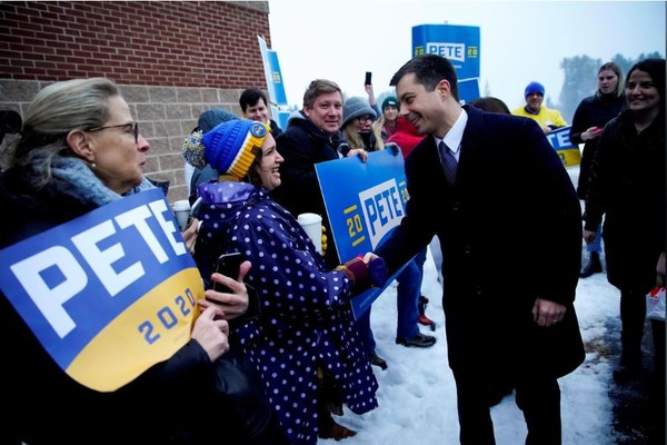 Ứng viên Pete Buttigieg có mặt tại một điểm bỏ phiếu ở bang New Hampshire (Mỹ) ngày 11-2. Ảnh: REUTERS