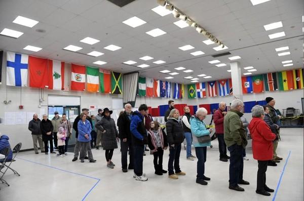 Cử tri xếp hàng chờ bỏ phiếu trong cuộc bầu cử sơ bộ ở bang New Hampshire (Mỹ) ngày 11-2. Ảnh: REUTERS