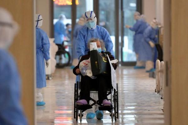 Bệnh nhân nhiễm COVID-19 tại một bệnh viện ở Vũ Hán. Ảnh: SCMP