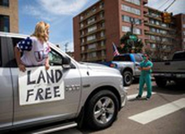 Mỹ: Y tá xuống đường đối đầu người biểu tình phản đối ở nhà