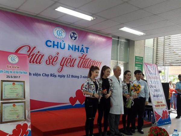 PGS.BS Nguyễn Văn Khôi tặng hoa cho nhóm nhạc Mắt Ngọc