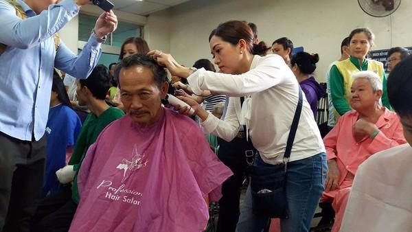 Nhóm cắt tóc đến từ nhà văn hóa phụ nữ TP.HCM